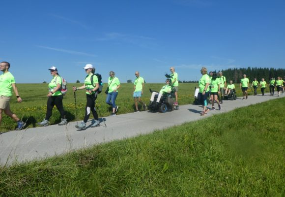 20 Teilnehmer der ALS Runner 2019 nacheinander am laufen bzw rollen