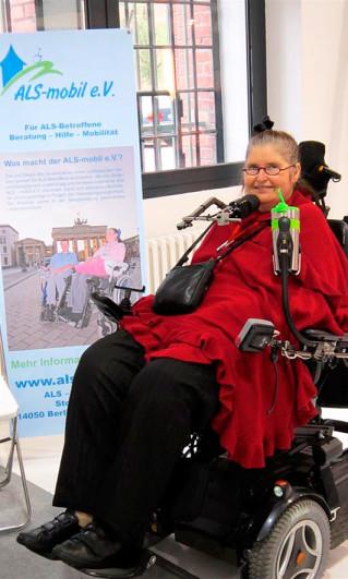 """Dr. Ute Oddoy auf der Messe """"Miteinander Leben"""" am Stand des ALS-mobil e.V., 2014 in Berlin"""