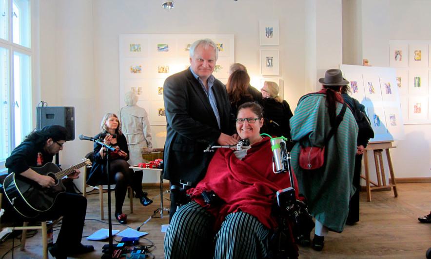 Dr. Ute Oddoy auf einer Vernissage von Jürgen Thiele (Brainpainter)