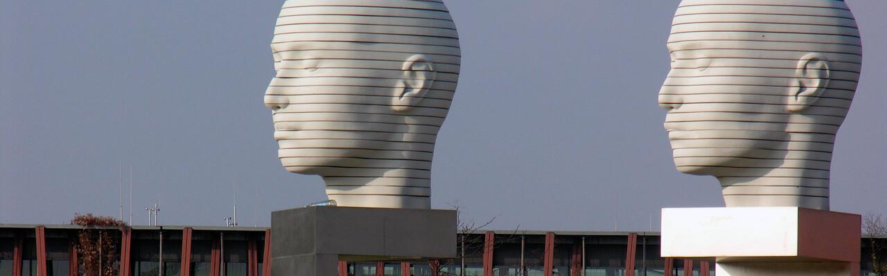 Berlin Adlershof Humboldt-Universität mit zwei Skulpturen - große Köpfe. Copyright: Aleloiv.